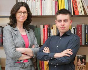 Tomasz Orzechowski i mgr Iwona Grześkiewicz na tle książek.
