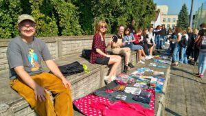 Ogólne zdjęcie kupujących i sprzedających - na trybunach boiska szkolnego.